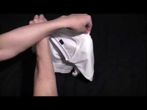 「兩秒摺衣服」- How To Fold Your T-Shirts In Two Seconds