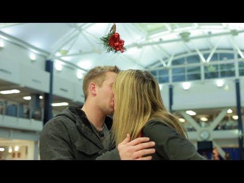 「聖誕節親親惡搞:槲寄生」- Mistletoe Kissing Prank