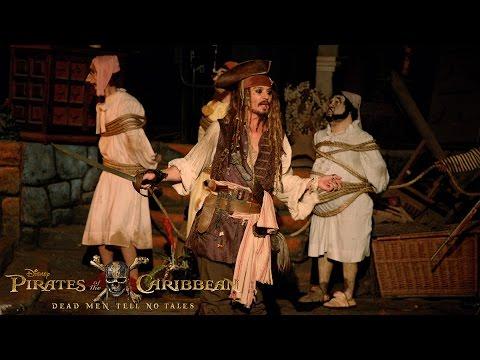 「羨慕又忌妒~強尼戴普扮演傑克船長現身迪士尼樂園給遊客大驚喜!」- Johnny Depp Surprises Fans as Captain Jack Sparrow at Disneyland!