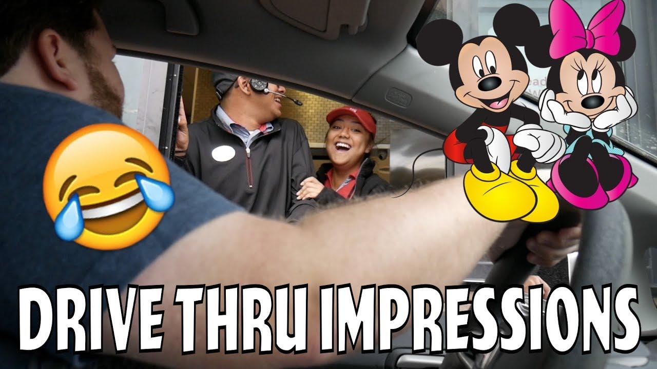 「【週五笑一下】這位超促咪的老兄假扮米奇和米妮到得來速點餐,結果...」- BEST REACTION EVER! Mickey and Minnie at Drive-Thru